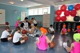 Сергей Караулов, играя с ребятишками, с удовольствием демонстрировал им свои навыки. Детей просто восхищало его умение виртуозно обращаться с мячом.