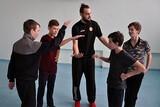 Ученики школы №4 вместе с Евгением Карпеко разучили фирменный привет и завершение матча.