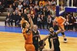 Мяч в кольцо соперника отправляет Александр Ганькевич